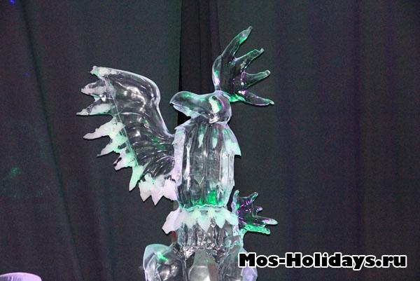 Птица говорун на выставке ледяных фигур в Сокольниках