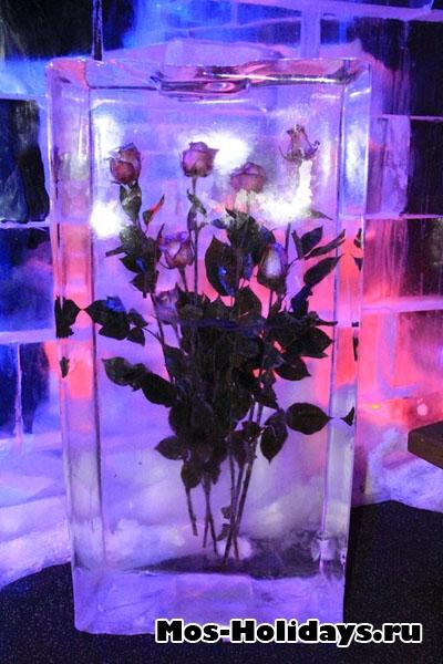Букет роз во льду на выставке ледяных фигур в Сокольниках