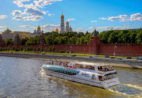 Проплываем мимо Московского кремля