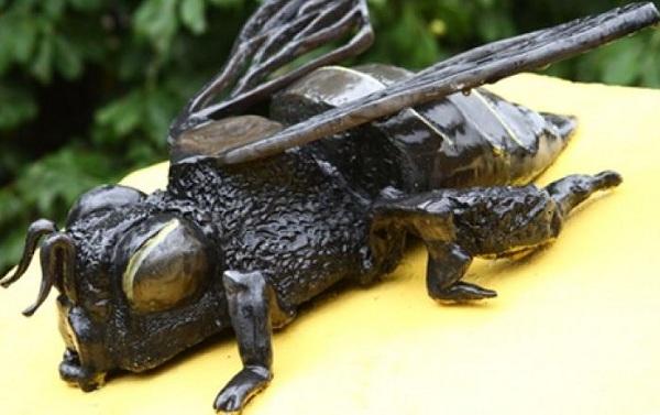 Памятник пчеле Кузе