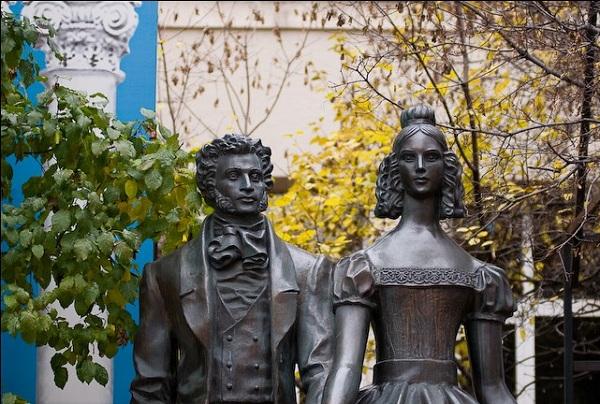 Памятник Пушкину и Гончаровой