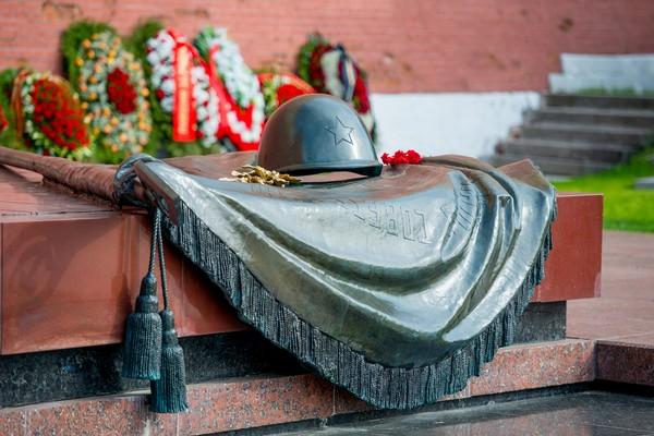 Могила неизвестного солдата у Кремлевской стены в Александровском саду