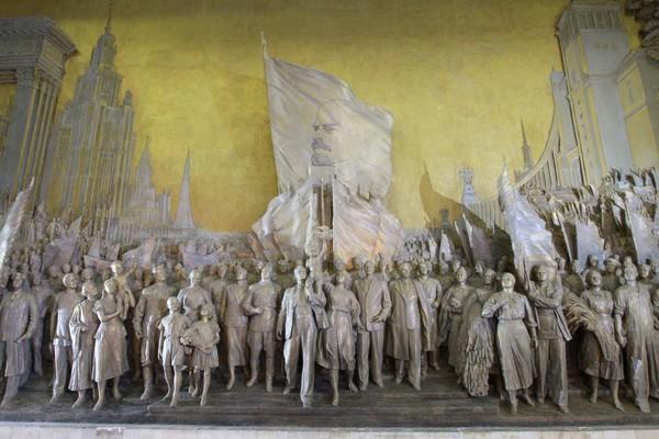 Горельеф «Знаменоносцу мира, советскому народу – слава!»