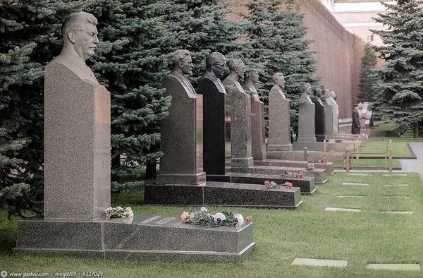 стене памятники фото кремлевской в