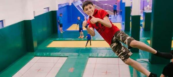От 1 до 3 часов свободных прыжков и других развлечений в батутном центре «Космос»: поролоновая яма, спортивный батут, канаты, скалодром, стена для паркура и не только! Скидка до 52%