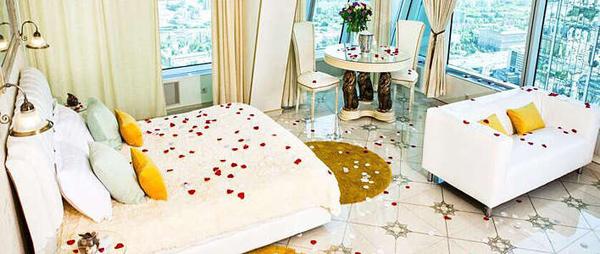 Романтическое свидание на 55 этаже делового комплекса «Империя» в «Москва-Сити» от компании Moscow-City-Weekend: аренда люкс-апартаментов на 1, 2 часа и всю ночь!