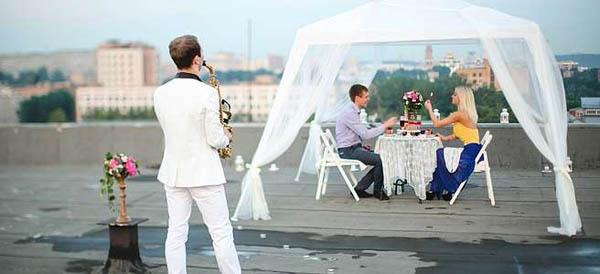 Романтическое свидание накрыше «Лайт», «Премиум» или «Люкс» сугощением идругими услугами отагентства поступков «Мир свиданий»
