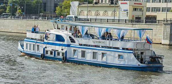 Прогулка с ужином или без для 1-4 человек на теплоходе «Прага» или «Вдохновение» от судоходной компании «МосФлот»