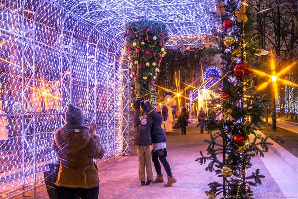 Автобусная экскурсия «Поющий автобус: песни о Новом годе (в Новогоднюю ночь)» от компании «Незабываемая Москва»