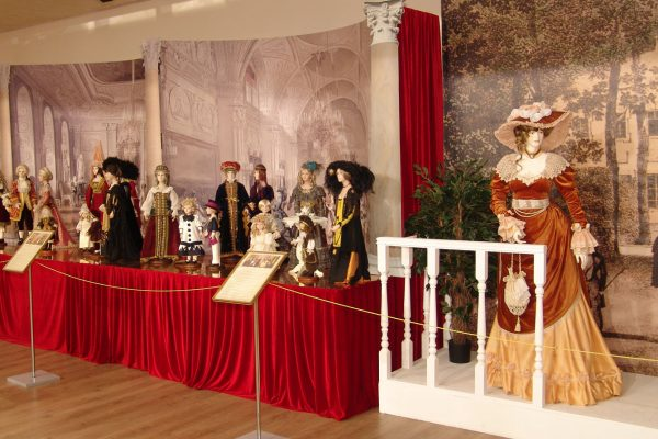 Выставка костюмированных фарфоровых скульптур «Маскарад»
