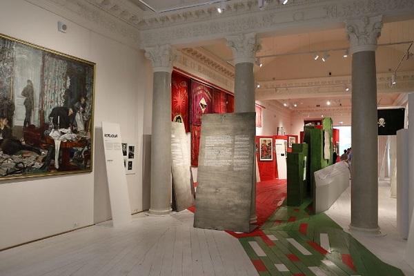 Выставка «Три цвета правды»