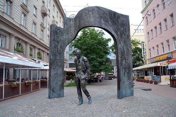 Памятник Окуджаве