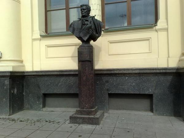 Памятник К.А. Тону у Ленинградского вокзала