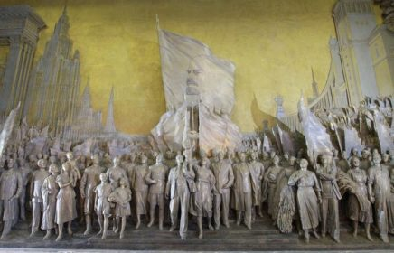 Горельеф «Знаменоносцу мира, советскому народу – слава!» на ВДНХ