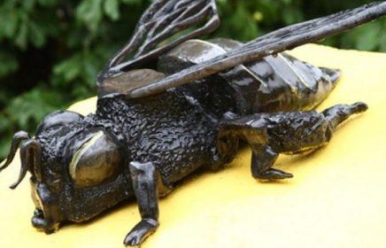 Памятник пчеле Кузе в Кузьминках