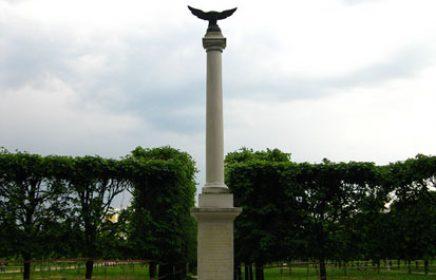 Памятники российским императорам в усадьбе Архангельское