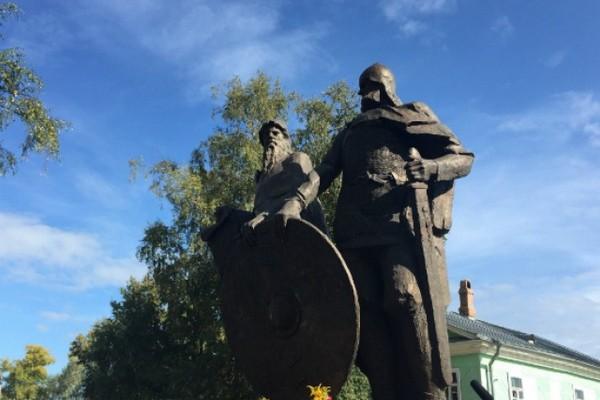 памятник на Варяжской улице, посвященный князьям Олегу и Рюрику