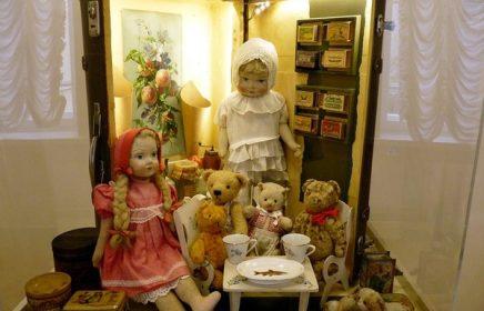 Выставка кукол «Путешествие чемоданных домиков»