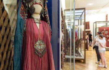 Выставка «В гармонии с красным: туркмены»