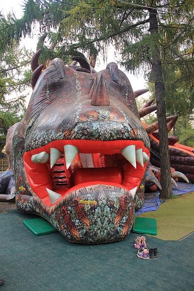Горка Динозавр в парке аттракционов на ВДНХ