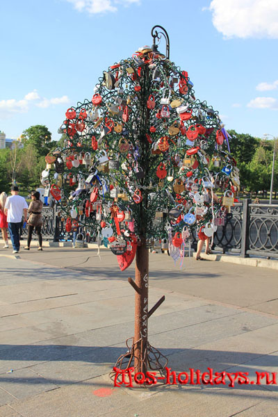 Дерево любви на Лужковом мосту