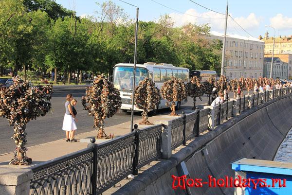 Деревья любви на набережной возле Болотной площади