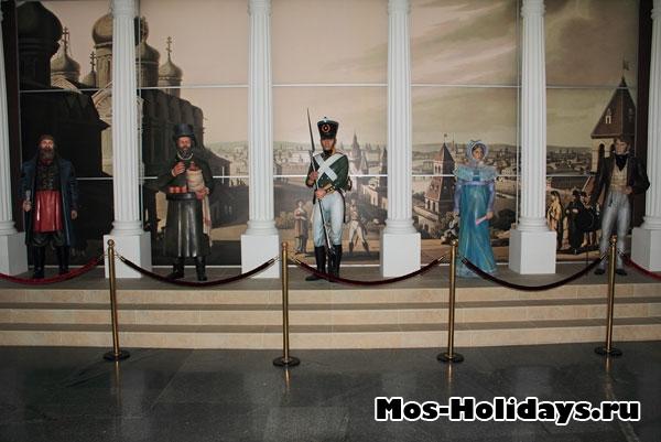 Фигуры на входе в музей-панораму Бородинская битва