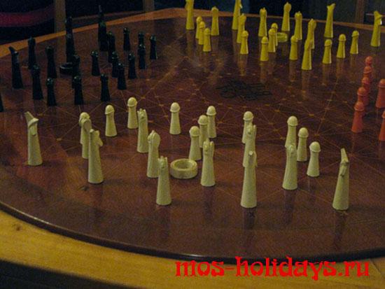 Фигуры на столе для игры в захват городов в кабинее Сталина в бункере Измайлово