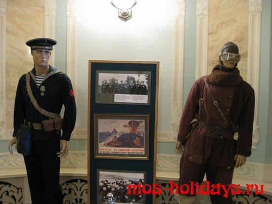 Манекены в форме солдат русской армии в бункере Сталина в Измайлово