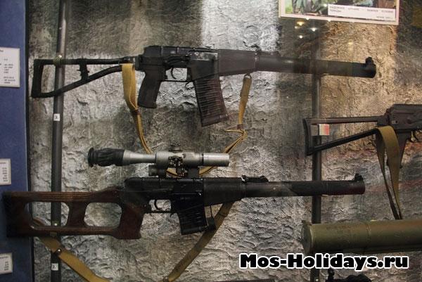 """Автомат """"ВАЛ"""" и снайперская винтовка """"Винторез""""."""