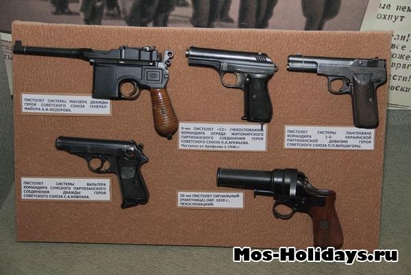 Пистолеты в музее вооружённых сил.