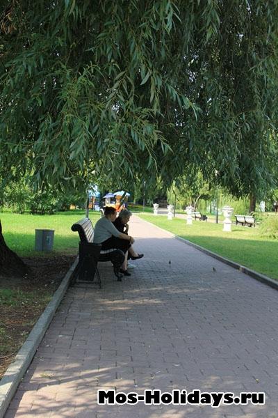 Отдыхающие на лавочке в Екатерининском саду