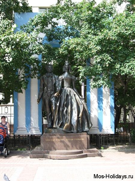 Памятник А.С. Пушкину и Натальи Гончаровой