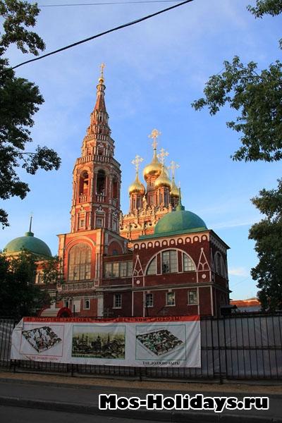 Храм Воскресения в Кадашах - на пешеходной экскурсии по Москве, район Замоскворечье