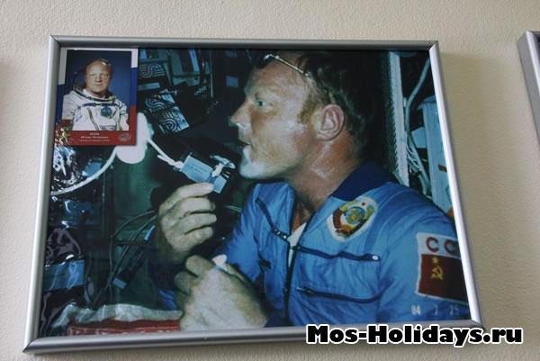 Космонавт бреется на орбите