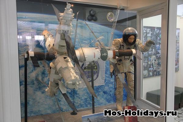 Макет космической станции МИР и космонавт в скафандре