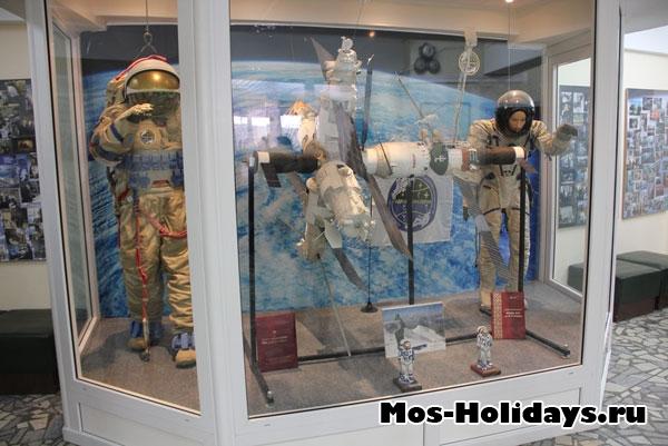 Космические скафандры и станция Мир