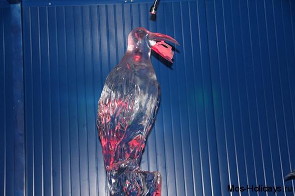 Ледяная скульптура вороны из басни Крылова