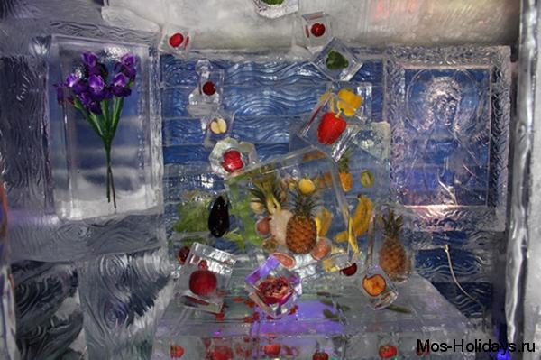 Ледяная избушка с замороженными фруктами