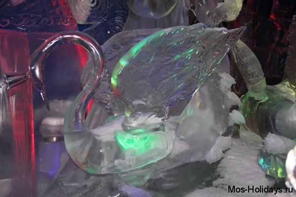Ледяная скульптура лебедя