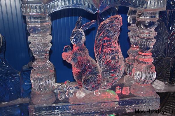 Белка на выставке ледяных скульптур на Красной Пресне