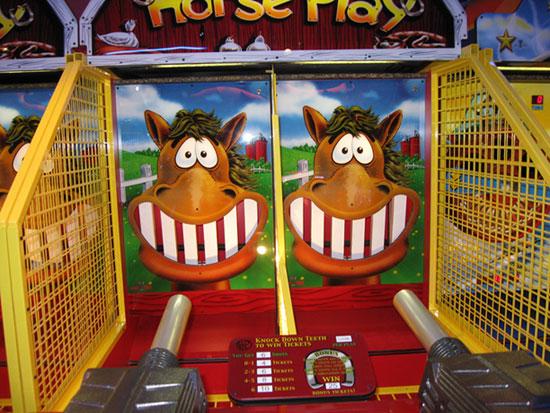"""Игровой автомат """"Выбей лошади все зубы"""" в парке аттракционов Happylon"""