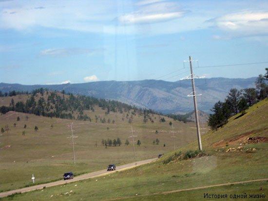 Вид из окна автобуса по дороге на Ольхон озера Байкал: горы и дорога