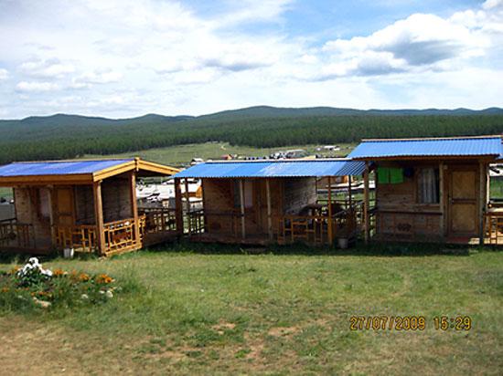 Домики для туристов на турбазе Солнечная. Турбаза расположена на острове Ольхон озера Байкал. На фотографии одноэтажные одно-двухместные домоки для туристов.