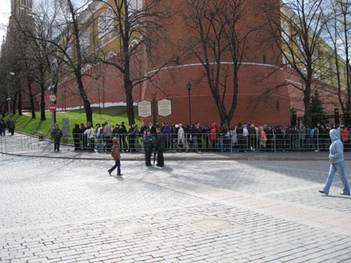 Очередь в Мавзолей Ленина начинается от Александровского сада