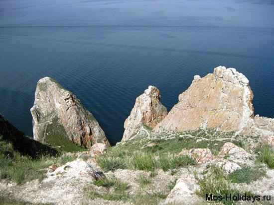 Мыс Саган-Хушун и скала Три Брата на острове Ольхон озера Байкал. С мыса открывается красивый вид на Малое Море. Со скалой три брата связана интересная легенда, которую вам с удовольствием расскажут на экскурсии.