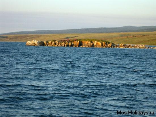 Остров Матадо Малого моря озера Байкал. Фотография сделана во время экскурсии по островам Малого Моря. Также остров можно увидеть с Ольхона во время экскурсии на мыс Хобой