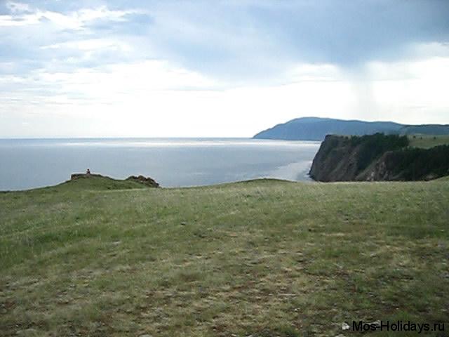 Гора Жима (вдалеке) - самая высокая точка на острове Ольхон озера Байкал