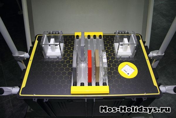 Аппарат показывает какие материалы пропускают радиоволны, а какие – отражают их.
