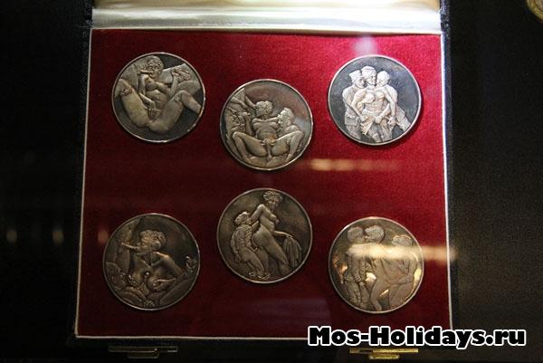 Серебряные монеты, посвящённые знаменитой австрийской проститутке Жозефине Мутценбахер, 1930 г. в музее эротики Точка G
